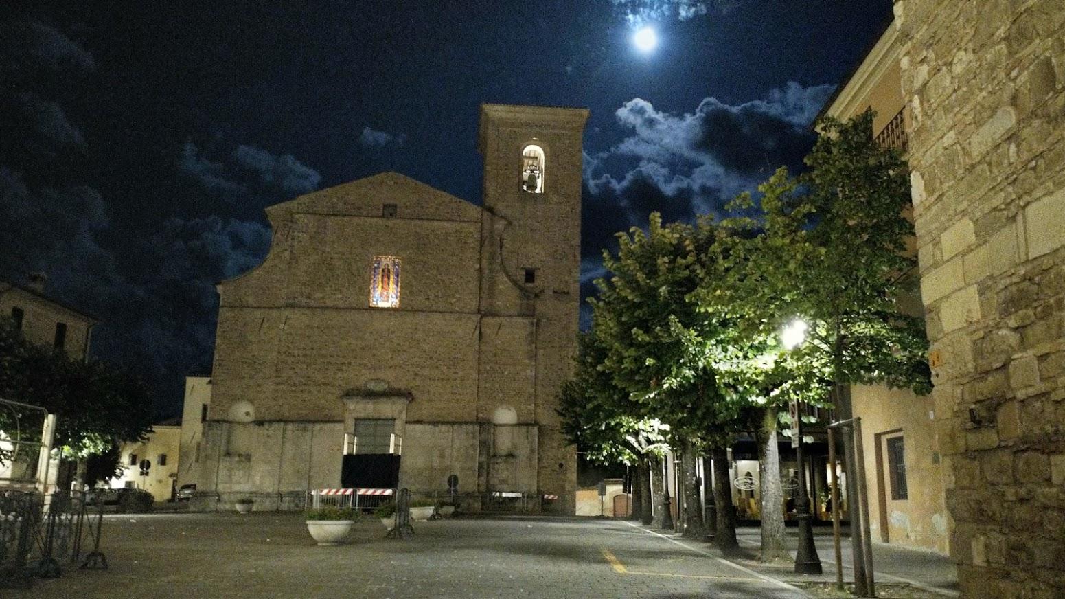 Estate 2019. La piazza di Cingoli, con la luna piena, alle quattro del mattino.